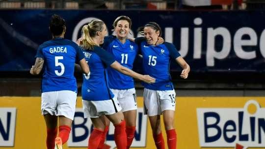 Claire Lavogez félicitée par ses coéquipières après son but contre le Brésil en amical. AFP
