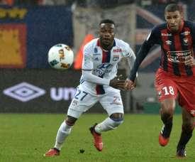 L'attaquant de Lyon, Maxwel Cornet derrière Jordan Adeoti de Caen. AFP