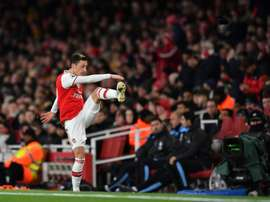 Todos os jogadores do Arsenal tocaram na bola no gol de Özil. AFP