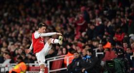 Les onze joueurs d'Arsenal ont touché le ballon avant le but d'Özil. AFP