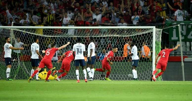 Kaan Ayhan (3e d) trompe le gardien Hugo Lloris lors du match de qualification à l'Euro 2020. AFP