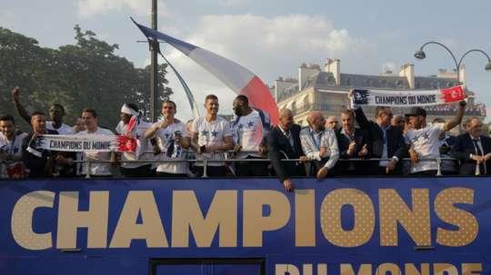 Les Bleus défilent sur les Champs Elysées. AFP