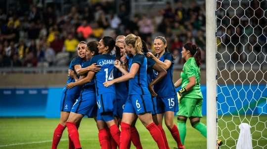 Les Françaises se congratulent après un but contre la Colombie, le 3 août 2016 à Belo Horizonte. AFP