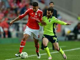 Lattaquant de Braga Rafa Silva (d) à la lutte avec le milieu du Benfica Eduardo Salvio (g) en demi-finale de la Coupe du Portugal, le 2 mai 2016 à Lisbonne