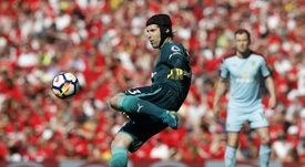 Cech casi se marcó en propia meta. AFP
