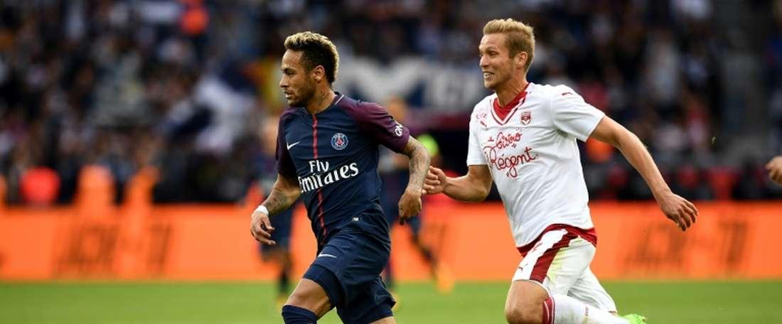Igor Lewczuk à la lutte avec l'attaquant vedette du PSG Neymar. AFP