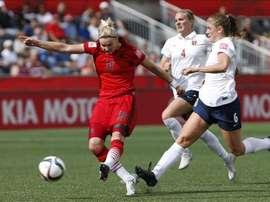 Alexandra Popp (i) de Alemania ante Maren Mjelde (d) de Noruega hoy, jueves 11 de junio de 2015, durante un juego del grupo B de la Copa Mundial de Fútbol Femenino, en Ottawa (Canadá). EFE