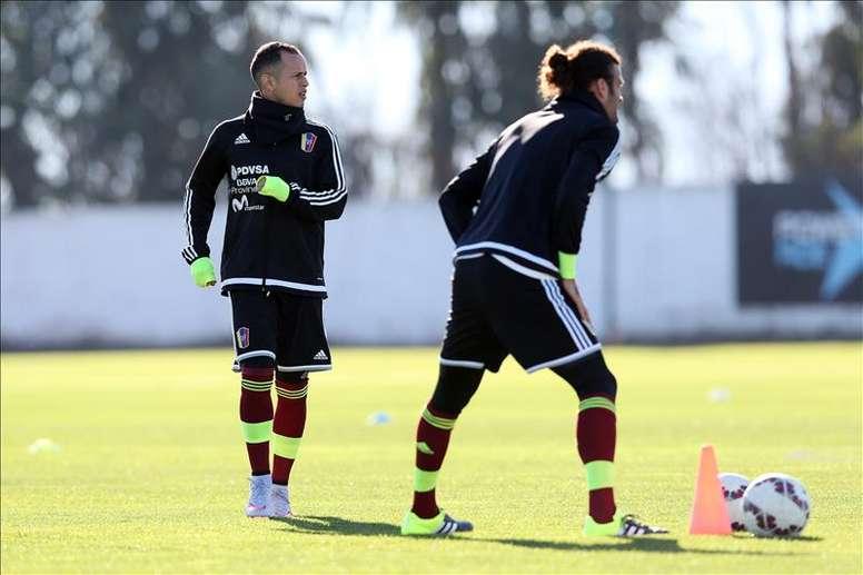 Los jugadores de la selección nacional de fútbol de Venezuela Alejandro Guerra (i) y Oswaldo Bizcarrondo (d) participan en un entrenamiento hoy, jueves 11 de junio de 2015, en el centro Deportivo Monasterio en Rancagua (Chile). EFE