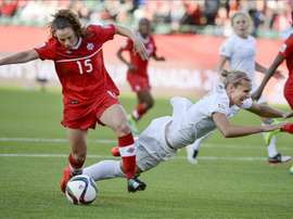 La jugadora Allysha Chapman (i) de Canadá disputa el balón con Hannah Wilkinson (d) de Nueva Zelanda, durante un juego del grupo A de la Copa Mundial de Fútbol Femenino, en Ottawa (Canadá). EFE