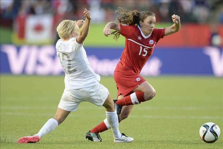 La jugadora Allysha Chapman (i) de Canadá disputa el balón con Betsy Hassett (d) de Nueva Zelanda hoy, jueves 11 de junio de 2015, durante un juego del grupo A de la Copa Mundial de Fútbol Femenino, en Ottawa (Canadá). EFE