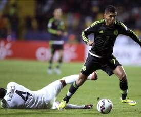 El centrocampista mexicano Jesús Manuel Corona (d) fue registrado este viernes al dominar un balón tras superar al defensa boliviano Alejandro Leonel (i), durante un partido Grupo A de la Copa América 2015, en el Estadio Sausalito de Viña del Mar (Chile). EFE