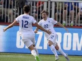 Fran Kirby (d) y Lucy Bronze (i), de la selección femenina de fútbol de Inglaterra, fueron registradas al celebrar un gol anotado a la selección de México, durante un partido del grupo F del Mundial Femenino de la FIFA 2015, en Moncton (Canadá). EFE