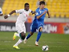 El senegalés Moussa Kone of Senegal (i) disputa un balón con Javokhir Sokhibov, de Uzbekistan (d), hoy en los cuartos de final del mundial sub-20. EFE