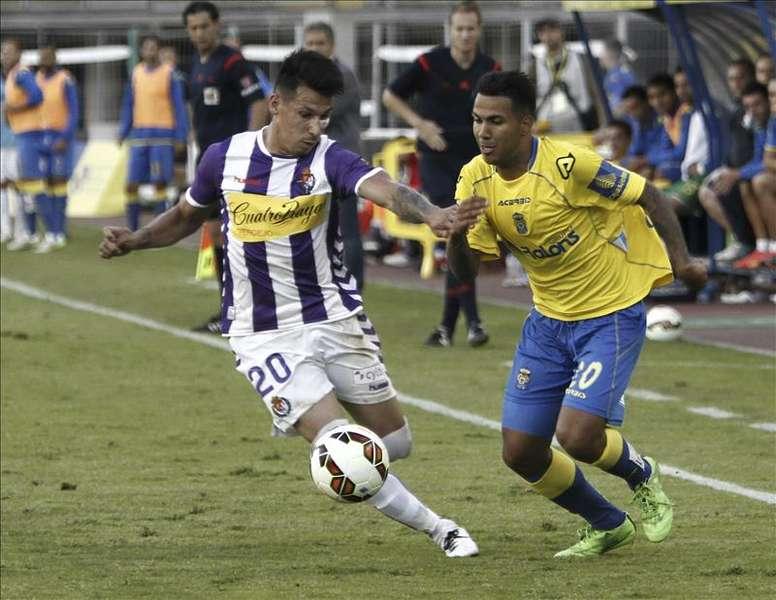 El centrocampista de Las Palmas, Jonathan Viera (d), disputa un balón con el jugador paraguayo del Real Valladolid, Hernan Pérez, durante el partido de vuelta de promoción a primera división, que disputaron en el Estadio de Gran Canaria. EFE