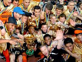 Los jugadores del Shakhtar Donetsk celebran su victoria en la Liga Ucraniana de fútbol tras vencer en la última jornada al Metallurg Donetsk en Donetsk, Ucrania en 2008. EFE/Archivo