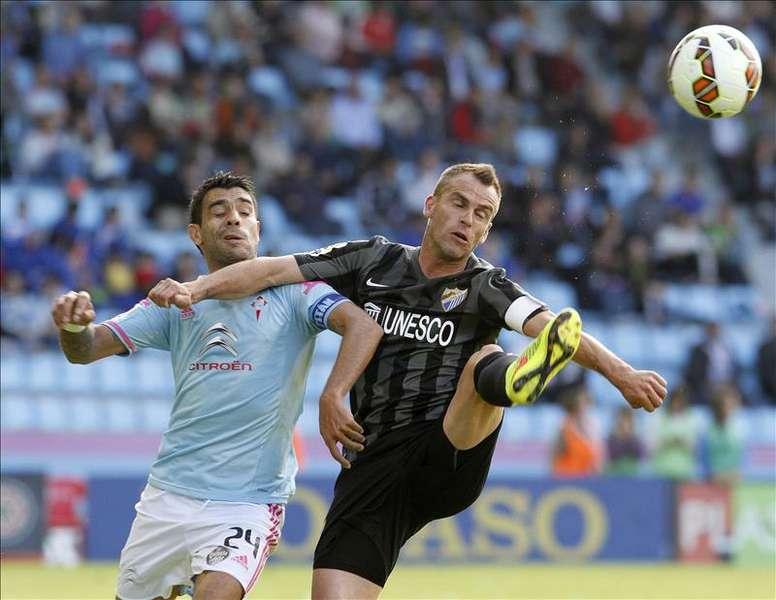 El centrocampista argentino del Celta de Vigo, Augusto Fernández (i), disputa el balón ante el centrocampista portugués del Málaga, Sergio Paulo Barbosa Duda (d). EFE/Archivo