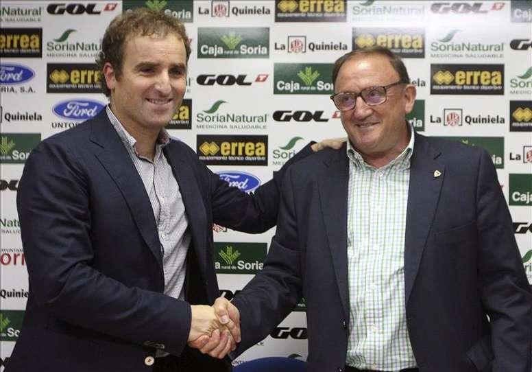 El exentrenador de la Real Sociedad, Josega Arrasate (i), saluda al presidente del Numancia, Francisco Rubio (d), durante su presentación hoy como nuevo técnico del equipo. EFE