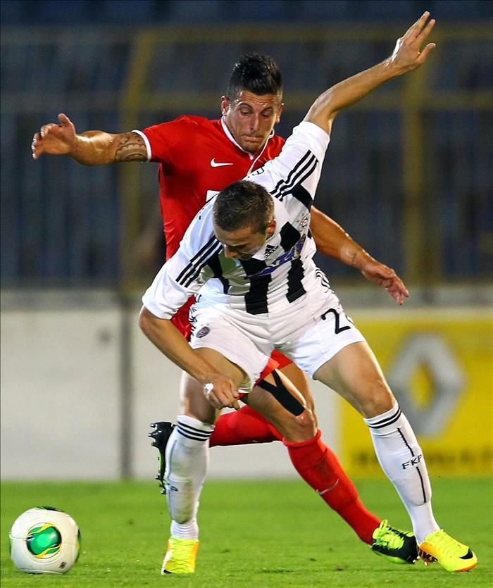 El jugador del FC Thun Dennis Hediger (atrás) disputa el balón con Sasa Markovic (adelante), del Partizan, durante el partido clasificatorio a la Liga Europa de la UEFA en Belgrado (Serbia). EFE/Archivo
