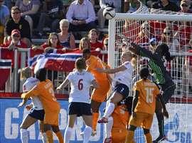 Cynthia Djohore (d) de Costa de Marfil evita una anotación de Noruega hoy, lunes 15 de junio de 2015, durante un partido por el grupo B del Mundial de fútbol femenino en Moncton (Canadá). EFE