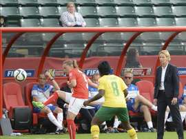 Martina Voss-Tecklenburg (d) de Suiza ante Noelle Maritz (i) de Camerún hoy, martes 16 de junio de 2015, durante un partido del Campeonato Mundial femenino de la FIFA en el estadio Commonwealth de Edmonton (Canadá). EFE