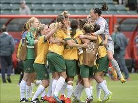 Jugadores de Australia celebran su empate ante Suecia hoy, martes 16 de junio de 2015, durante un partido del Grupo D del Campeonato Mundial femenino de la FIFA en Edmonton (Canadá). EFE