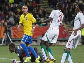 El jugador brasileño Marcos Guilherme (2ºizda) celebra un gol contra Senegal con su afición durante el partido de semifinales entre Brasil y Senegal en el Mundial defútbol sub-20 en Christchurch (Nueva Zelanda). EFE