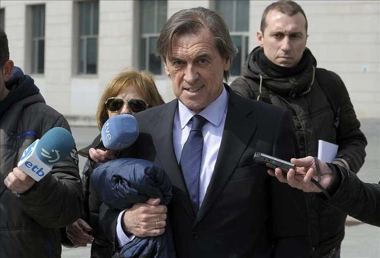 El expresidente de Osasuna, Miguel Archanco (c) abandona el Palacio de Justicia de Navarra tras comparecer en el juzgado de Pamplona, el pasado mes de marzo. EFE/Archivo