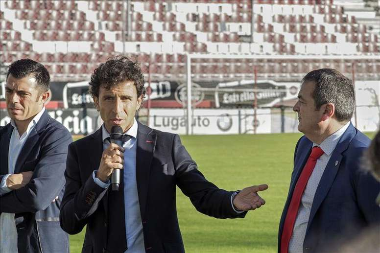 El nuevo entrenador del Club Deportivo Lugo, Luis Milla (c), junto al presidente del club Tino Saqués (d), y el segundo entrenador (i), durante su presentación en el estadio Anxo Carro. EFE