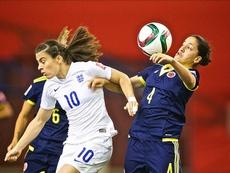 La jugadora de Inglaterra Karen Carney (i) fue registrada este miércoles al disputar un balón con la futbolistas colombiana Diana Ospina (d), durante un partido del grupo F de la Copa Mundial femenina de la FIFA, en el estadio Olímpico de Montreal (Canadá). EFE