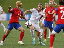 La futbolista española Alexia Putellas (c) fue registrada este miércoles al disputar un balón con Jeon Gaeul (i), de Corea del Sur, durante un partido del grupo E de la Copa Mundial femenina de la FIFA, en el estadio Lansdowne de Ottawa (Canadá). EFE