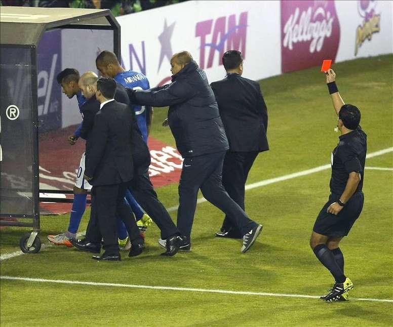 El árbitro chileno Enrique Osses (d) muestra tarjeta roja al delantero brasileño Neymar (i) después de pitar el final del partido Brasil-Colombia, del Grupo C de la Copa América de Chile 2015, en el Estadio Monumental David Arellano de Santiago de Chile, Chile. EFE