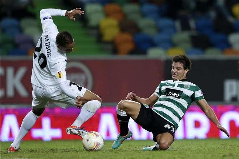 El jugador del Sporting Lisboa Cedric Soares (d) disputa el balón con Nadson (i) del Genk en el estadio Alvalade de Lisboa, Portugal. EFE/Archivo