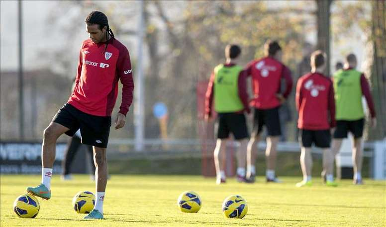 El defensa del Athletic Club de Bilbao Jonás Ramalho (i) toca un balón durante un entrenamiento. EFE/MiArchivo