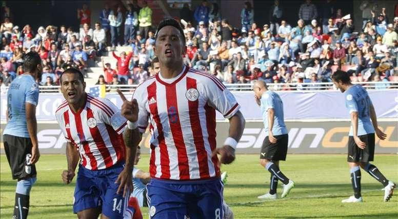 El delantero paraguayo Lucas Ramón Barrios (c) celebra el gol marcado ante la selección uruguaya durante el partido Uruguay-Paraguay, del Grupo B de la Copa América de Chile 2015, en el Estadio La Portada de La Serena de La Serena, Chile, hoy 20 de junio de 2015. EFE
