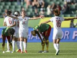 Las jugadoras de la selección femenina de fútbol de China Zhao Rong (ci) y Lou Jiahui (d) celebran la victoria de su equipo ante Camerún durante el partido por los octavos de final del Mundial de fútbol femenino de la FIFA Canadá 2015 en Edmonton, Canadá. EFE