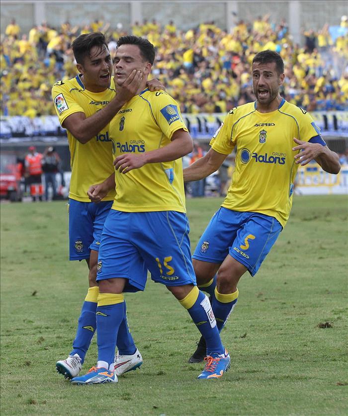 El centrocampista de la UD Las Palmas, Roque Mesa celebra con sus compañeros, el gol que ha marcado ante el Real Zaragoza, el primero del equipo, durante el partido por el ascenso a la Primera División disputado en el estadio de Gran Canaria. EFE