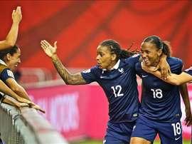La jugadora de la selección de Francia Marie Laure Delie (d) celebra un gol con Elodie Thomis, durante el partido disputado ante Corea del Sur, en Montreal Canadá. EFE