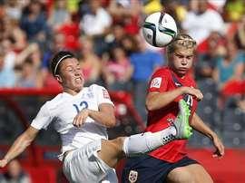 La jugadora de Noruega Ada Hegerberg (d) disputa el balón con Lucy Bronze (i) de Inglaterra hoy, lunes 22 de junio de 2015, durante un juego de los octavos de final del de la Copa Mundial femenina de la FIFA realizado en Ottawa (Canadá). EFE