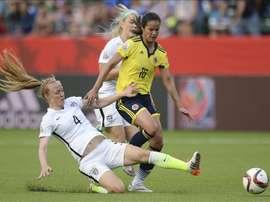 La futbolista colombiana Lady Andrade (d) disputa el balón con la estadounidense Becky Sauerbrunn (i), este 22 de junio, durante un juego por los octavos de final de la Copa Mundial femenina de la FIFA, en Edmonton (Canadá). EFE
