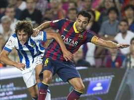 El centrocampista del F.C. Barcelona Xavier Hernández y el centrocampista de la Real Sociedad Marco Sangalli (i) en el Camp Nou. EFE/Archivo