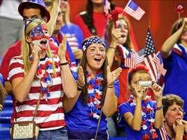 Hinchas de Estados Unidos animan al equipo ante Alemania, este 30 de junio de 2015, durante las semifinales de la Copa Mundial de Fútbol Femenino, en el Estadio Olímpico de Montreal Canadá). EFE