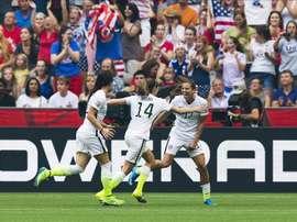 Tobin Heath (d) de los EE.UU. celebra su gol contra Japón con sus compañeros Ali Krieger (i ) y Morgan Brian (C). EFE