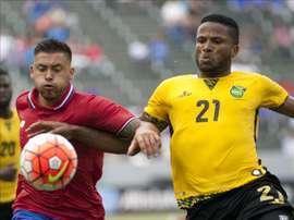 El futbolista costarricense David Ramírez (i) fue registrado este miércoles al disputar un balón con el jamaiquino Jermaine Taylor (d), durante un partido del grupo B de la Copa Oro de la Concacaf, en el Stub Hub Center de Carson (California, EE.UU.). EFE