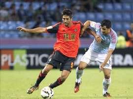 El centrocampista del Celta de Vigo Álex López (d) pugna por un balón con Markel Bergara, de la Real Sociedad, durante el partido de la tercera jornada de Liga de Primera División que se disputa esta noche en el estadio de Balaídos, en Vigo. EFE/Archivo