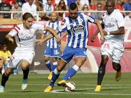 El centrocampista bosnio del Deportivo, Haris Medunjanin (c), perseguido por Denis Suárez (i) y el camerunés Stephane Mbia (d), del Sevilla. EFE/Archivo