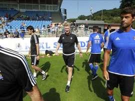 El entrenador de la Real Sociedad, David Moyes (c), y el capitán del equipo, Xabi Prieto (d), en el primer entrenamiento de la pretemporada. EFE/Archivo