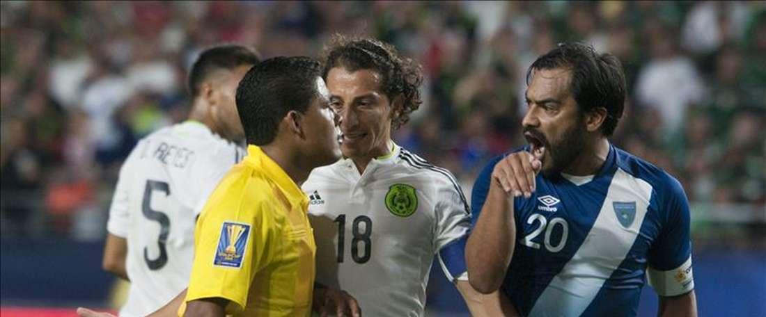 El futbolista guatemalteco Carlos Ruiz (d) fue registrado este domingo al discutir con el árbitro tras ser expulsado, durante un partido contra México y en desarrollo del grupo C de Copa Oro, en el estadio de la Universidad de Phoenix (Arizona, EE.UU.). El partido terminó empatado 0-0. EFE