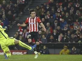 El centrocampista del Athletic de Bilbao, Unai López (d), golpea el balón ante el defensa del F. C. Barcelona, Gerard Piqué. EFE/Archivo