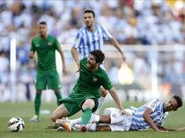 El centrocampista del Levante Victor Pérez (centro) cae ante por la entradad de el defensa brasileño del Málaga Weligton. EFE/Archivo