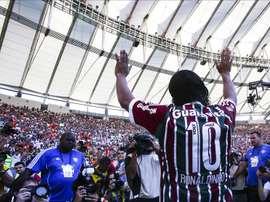 El jugador de fútbol Ronaldinho Gaúcho se presenta ante los hinchas de Fluminense, su nuevo club, en el estádio de Maracaná, antes del partido contra Vasco da Gama por el campeonato brasileño de fútbol. EFE
